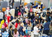 Ligne occupée d'enregistrement à l'aéroport Image libre de droits