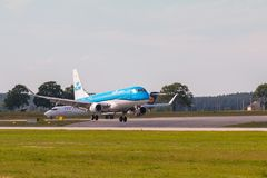 Ligne plate atterrissage de KLM sur Lech Walesa Airport Photo stock