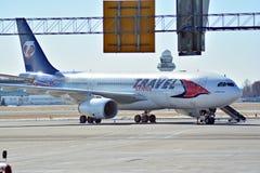 Ligne plate Travel Service à l'aéroport à Varsovie Photo libre de droits