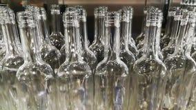 Ligne remplissante des bouteilles de vin banque de vidéos