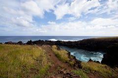 Ligne rocheuse de côte d'île de Pâques sous le ciel bleu Image libre de droits