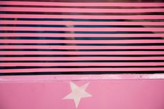 Ligne rose sur le verre photo stock