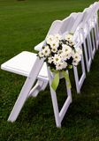 Ligne simple des présidences d'invité pour le mariage extérieur Photographie stock