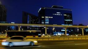 Ligne souterraine de métro avec la circulation dense sur la route principale Sheikh Zayed de Dubaï s Tir de nuit de vidéo en temp banque de vidéos