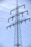 Ligne sur terre d'électro pylône Images libres de droits