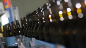 Ligne technologique pour la mise en bouteilles de la bière dans la brasserie clips vidéos