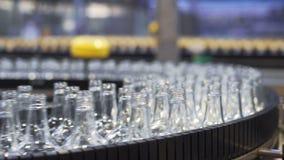 Ligne technologique pour la mise en bouteilles de la bière dans la brasserie closeup clips vidéos