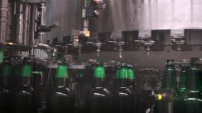 Ligne technologique pour la mise en bouteilles de la bière dans la brasserie. - stage4 clips vidéos