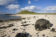 Ligne Verte bleue ciel d'herbe de nuages de plage Photo stock