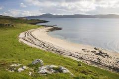 Ligne Verte bleue ciel d'herbe de nuages de plage Image stock