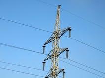 Lignes à haute tension électriques (pylônes de l'électricité), ciel Image stock