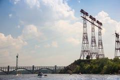 Lignes à haute tension rouges sur une île pierreuse contre un ciel bleu Photographie stock libre de droits