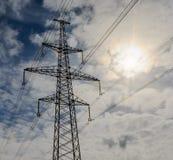 Lignes électriques à haute tension au coucher du soleil Station de distribution de l'électricité Tour électrique à haute tension  Photographie stock