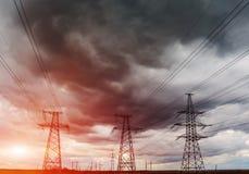 Lignes électriques à haute tension au coucher du soleil Station de distribution de l'électricité Tour électrique à haute tension  Photo libre de droits