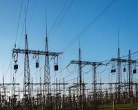 Lignes électriques à haute tension Centrale thermique Sous-station à haute tension de transformateur Photos libres de droits