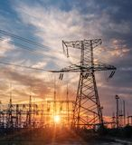 Lignes électriques à haute tension Station de distribution de l'électricité Tour électrique à haute tension de transmission Distr image stock