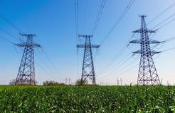 Lignes électriques à haute tension Station de distribution de l'électricité Tour électrique à haute tension de transmission Distr images libres de droits