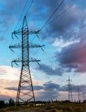 Lignes électriques à haute tension Station de distribution de l'électricité Tour électrique à haute tension de transmission Distr photos stock