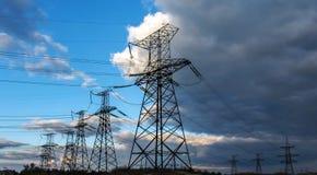 Lignes électriques à haute tension transmission électrique à haute tension t Photographie stock libre de droits