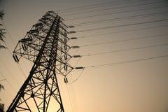 Lignes électriques à l'élévation du soleil Images libres de droits