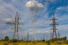 Lignes électriques à l'été en Russie Photos libres de droits