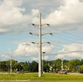 Lignes électriques à une intersection en Amérique Images libres de droits