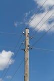 Lignes électriques électriques dans une campagne Images stock