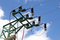 Lignes électriques électriques en ciel Images libres de droits