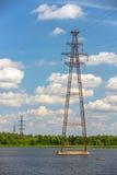 Lignes électriques au-dessus de rivière Images libres de droits