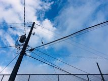 Lignes électriques avec le beau fond photos libres de droits