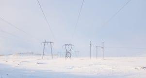 Lignes électriques en hiver Images libres de droits