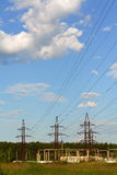 Lignes électriques et fils Jour ensoleillé images libres de droits