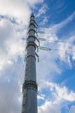 Lignes électriques et isolateurs à haute tension au-dessus de fond de ciel Photos stock