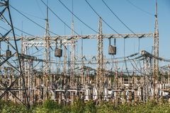 Lignes électriques et station à haute tension de transformateur de puissance de l'électricité Images libres de droits
