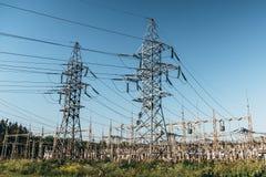 Lignes électriques et station à haute tension de transformateur de puissance de l'électricité Photos libres de droits