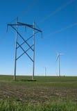 Lignes électriques et turbines de vent Images libres de droits