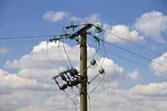 Lignes électriques sur le poteau de télégraphe Photographie stock