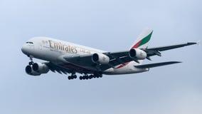 Lignes aériennes Airbus A380 d'émirats arrivant à l'aéroport de Heathrow Photo stock