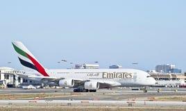 Lignes aériennes Airbus A380 d'émirats imposant sur la piste Images stock