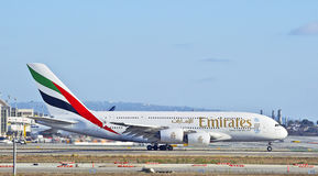 Lignes aériennes Airbus A380 d'émirats roulant au sol sur la piste Images libres de droits