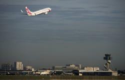 Lignes aériennes Airbus de Vierge décollant de l'aéroport de Kingsford-Smith, Sydney Photo stock