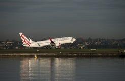 Lignes aériennes Airbus de Vierge décollant de l'aéroport de Kingsford-Smith, Sydney Photographie stock