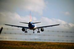 Lignes aériennes Allegiant Airbus 319 entrant pour un atterrissage photographie stock libre de droits