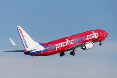 Lignes aériennes bleues Pacifiques Boeing 737 d'Australie de Vierge de lignes aériennes décollant de Sydney Airport Photos libres de droits