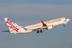 Lignes aériennes Boeing d'Australie de Vierge 737-800 avions décollant de Sydney Airport Photographie stock