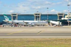 Lignes aériennes d'Airbus A340-300 EP-MMB Mahan sur le terminal d'aéroport de Malpensa Images stock