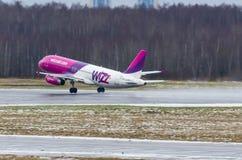 Lignes aériennes d'Airbus a320 Wizzair, aéroport Pulkovo, Russie St Petersburg le 2 décembre 2017 Image stock