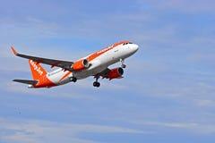 Lignes aériennes d'Easyjet décollant de l'aéroport d'Alicante Photos libres de droits
