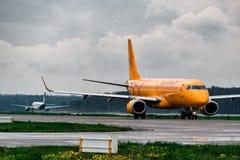 Lignes aériennes d'Embraer ERJ 190-100 Saratov Photos stock
