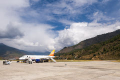 Lignes aériennes de DrukAir à l'aéroport de Paro Images stock